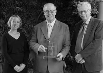 Dr. Hans Blix accepts the Peacemaker Award, presented by Tova Fuller and Dr. Bennett Ramberg